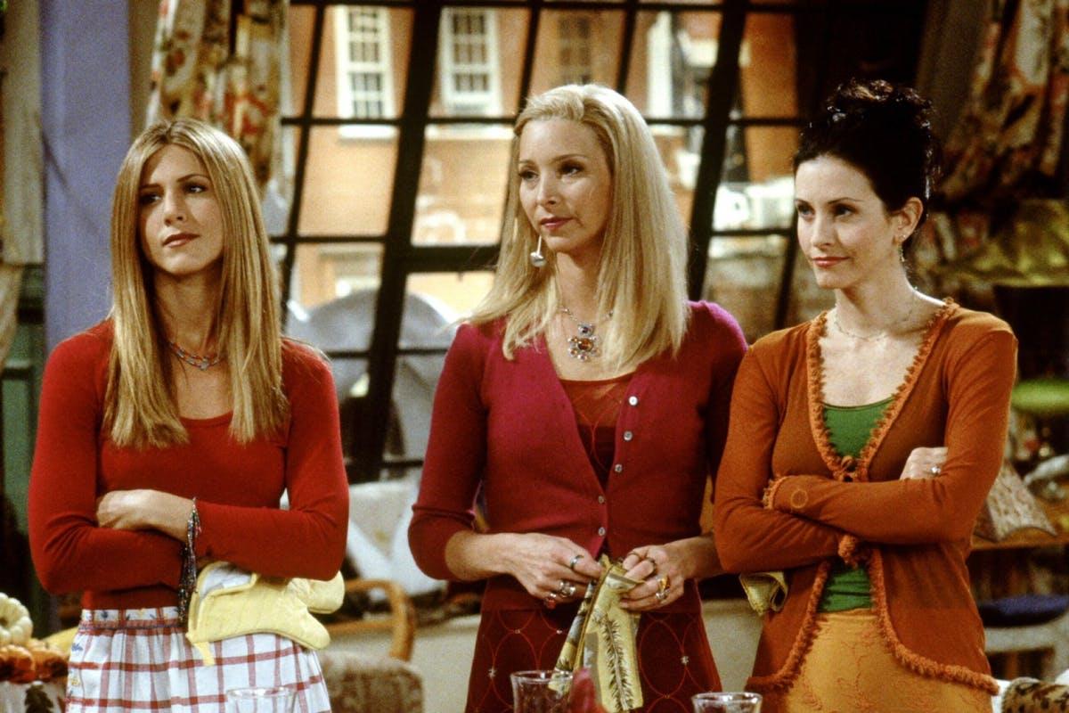 rachel, monica and phoebe standing together