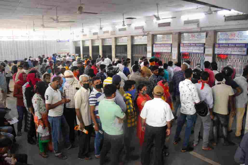 ticket counter not following social distancing