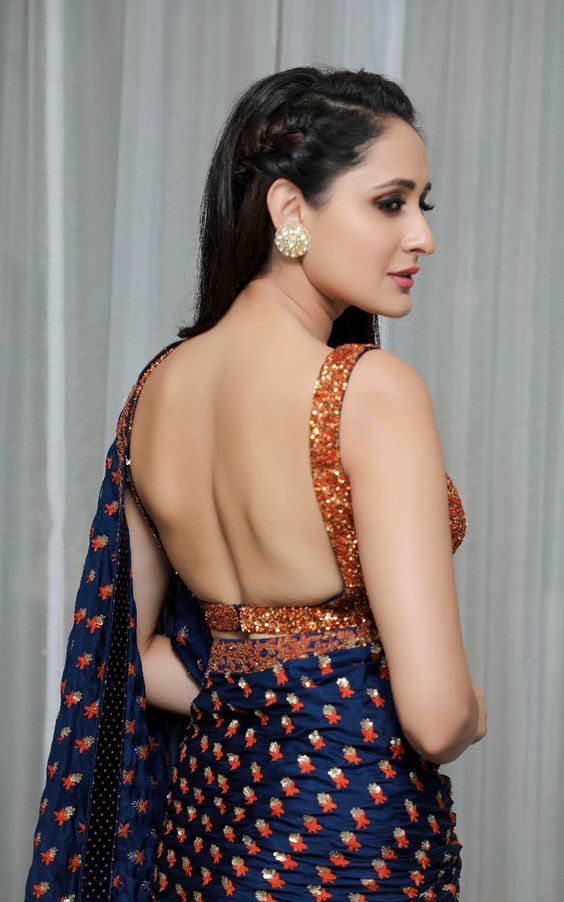 bare back saree pose to try for next photoshoot