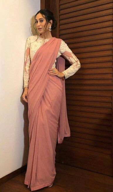 lean against the wall saree pose