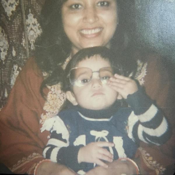 Shweta-Tripathi-with-her-mother childhood