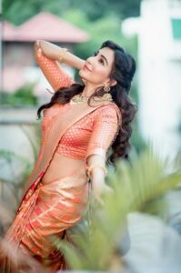 saree poses for Instagram feed