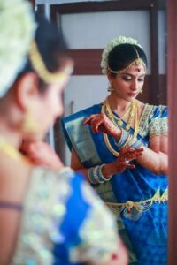 poses in saree infront of a mirror